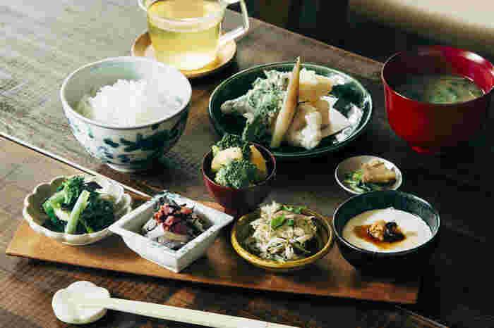 お店のおすすめは「季節の小鉢膳」で、旬の素材を使ったフリットと小鉢、自家製のお豆腐などがセットになった定食。ごはんは羽釜で炊いいていてツヤツヤもちもち。お代わりもできるので、おなかいっぱいいただきましょう。