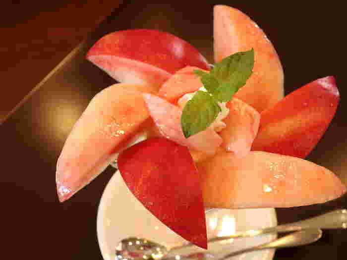 皮つきの桃の下には、果肉入りコンフィチュール、バニラアイス、角切りの桃、生クリームの順に詰められています。 この日の桃は、同農園のオリジナル「麗桃」(れいとう:甘味の多い白鳳系の品種)だったそう。