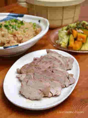 ブロック肉と調味料を入れてレンジにかけるだけで、とろとろのチャーシューが完成します。レンジにかけている間にサラダなど作れば、あっという間に贅沢なディナーが準備できますね。