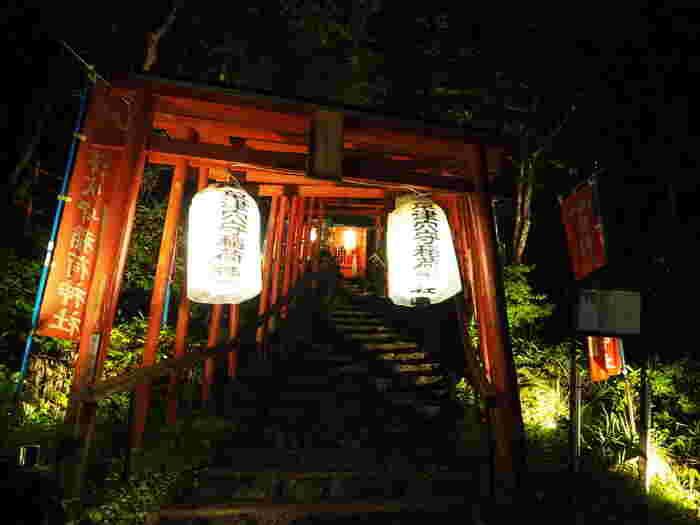 通りの奥にある西の河原公園内の「草津穴守稲荷神社」は、たびたびメディアで取り上げられることもある神社です。いくつも連なる赤い鳥居が幻想的ですね。