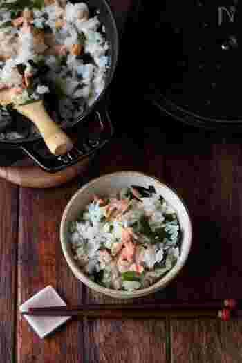 生わかめだけでなく鮭も入れてより海の香りを楽しめるわかめご飯に。お弁当のおにぎりにもどうぞ。