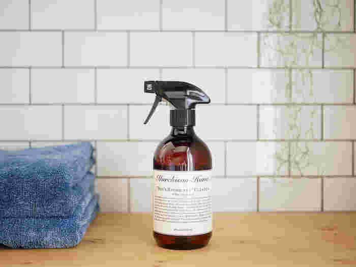 """バスタブ・トイレ・洗面台周り・タイルなどマルチに使える「""""ボーイズ バスルーム""""クリーナー」は、マーチソンヒュームのブランドが誕生するきっかけになった洗剤です。子供でも簡単にお掃除できて、安心・安全な洗剤を作りたい―そんな想いからマーチソンヒュームは生まれました。"""