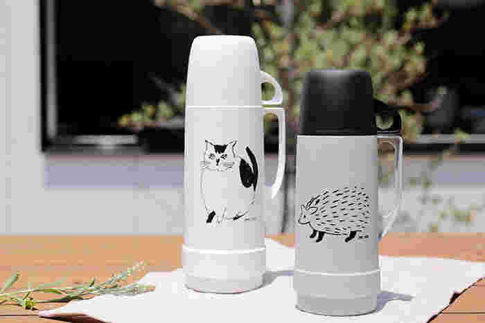 マットな質感のモノトーンのボディに、人気イラストレーター松尾ミユキさんのかわいらしい動物イラストが入っている水筒です。