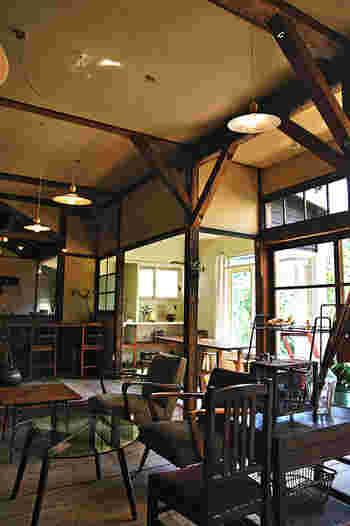 店内は、日本の古道具や海外のアンティークのインテリアが見事に融合し、統一感のある落ち着いた空間が広がっています。