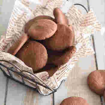 使うのは、ホットケーキミックスと板チョコのみ。たった2つの材料でも、濃厚でサクサク食感のおいしいクッキーが焼きあがります。食べたいと思った時、すぐに作れますね。