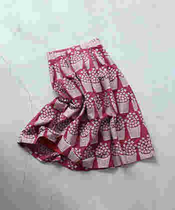 パリジェンヌは、ファッションで「等身大の格好良さ」を追及する人が多いですが、時にはスカートで少女っぽさをプラスするのも好き。特に透け感やレトロ感のあるアイテムがツボのよう。