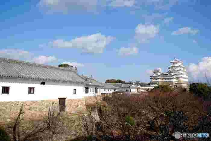 17世紀初頭の江戸時代初期から約400年もの間、「不戦の城」であった姫路城はシンボルでもある大天守をはじめ、石垣、門、土塀などの建築物の保存状態が抜群です。