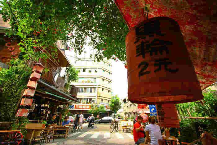 また、孔子廟の正面にある「府中街」という通りも観光におすすめです。わずか200mほどの小さな通りですが、古い街並みとおしゃれなカフェやショップが融合した、人気スポットとなっています。