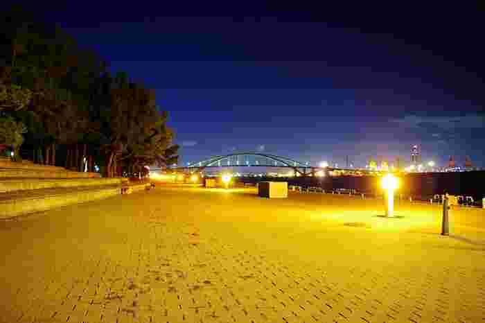 舞洲緑地遊歩道『シーサイドプロムナード』は、しっとりとしたライトアップが施されます。