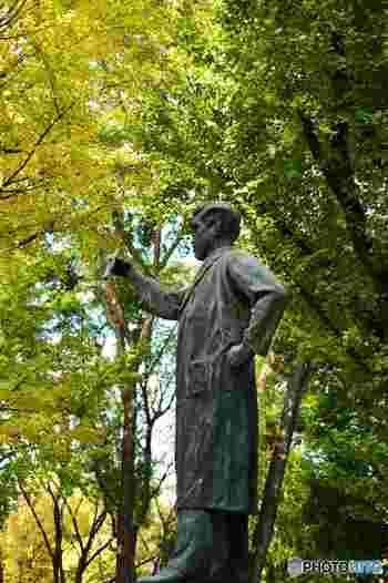 かの有名な野口英世の像が、竹の台噴水の東側にあります。立像は珍しいんだとか。