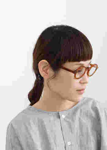 コロンと可愛いべっ甲の丸眼鏡。ぱっつん前髪におさげを合わせるのではなく、シングルの三つ編みを。子どもっぽく見えずノーブルですっきりした印象に。