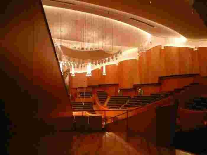 世界に誇る音響の美しさで知られる「札幌コンサートホールkitara」。毎夏行われる「Pacific Music Festival」をはじめ数々のコンサートが行われる大ホール・小ホールのほか、ガラス張りのホワイエやテラスレストランなどで優雅な時間を過ごせます。