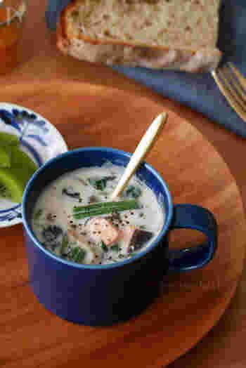マグカップに材料を入れ、レンジでチンするだけの具沢山ミルクスープです。角切りのサーモンとしいたけ、ほうれん草の組み合わせで栄養もたっぷり。茹でたほうれん草を作り置きしておけば、あっという間にできあがりますね。