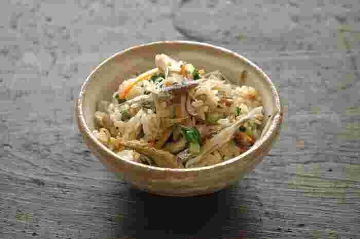 冬の根菜をたっぷり使い、出汁取りで使った小魚も一緒に炊き込んだ栄養満点の冬の炊き込みご飯は、時間がない時はおにぎりにしても◎。簡単に季節を取り入れられる一品です。