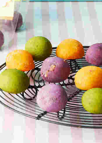 紫芋、抹茶、トマトジュースと粉チーズで作る3色のカラフルポンデケージョ。トマトチーズは甘くないので、甘い物が苦手な方がいるパーティーにも◎。