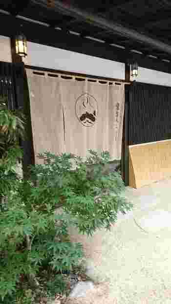 熱海銀座通り入り口にある常盤木羊羹店(ときわぎようかんてん)總本店に併設された「和カフェ 茶房・陣」。大正時代から続く伝統のあるお店は、数奇屋造りの和モダンな建物です。