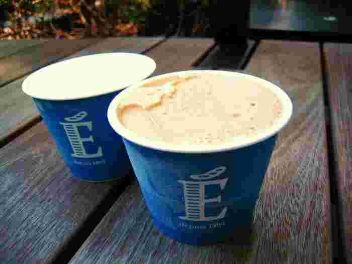 エシレのアイス「エシレ グラス」は、エシレバターを全体の約20%に使っていて、芳醇な香りが口いっぱいに広がります。しつこくなく、後味が爽やかなのが特徴です。写真手前はキャラメル味、奥がプレーン。
