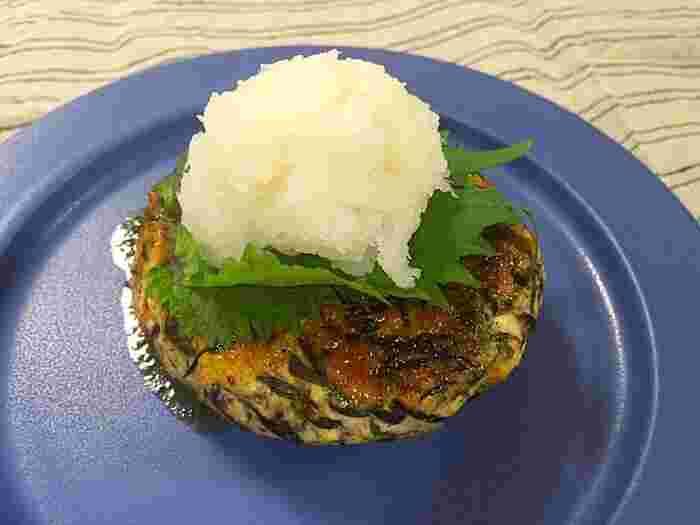 豆腐ハンバーグを作るときも絹ごし豆腐より木綿豆腐を使って。 豚肉や牛肉の挽き肉とあわせてつくる洋風のハンバーグもいいですが、鳥のむね肉を使って大きな鶏だんごのようにつくる和のレシピはいかが。ひじきも入って栄養満点!たっぷりの大根おろしでよりさっぱりといただきましょう。