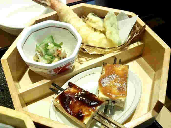 生麩や京豆腐の田楽もおすすめ。豆腐と旬の食材を使った和食懐石や、すき焼きなどの肉料理もいただけます。