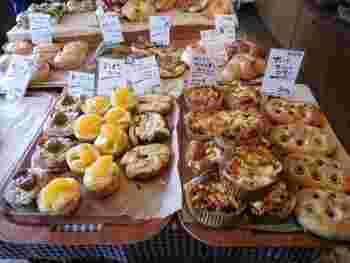 「納豆デニッシュ」や「ブラウンメロンパン」など、気になるネーミングの惣菜パンや菓子パンが並んでいますよ。