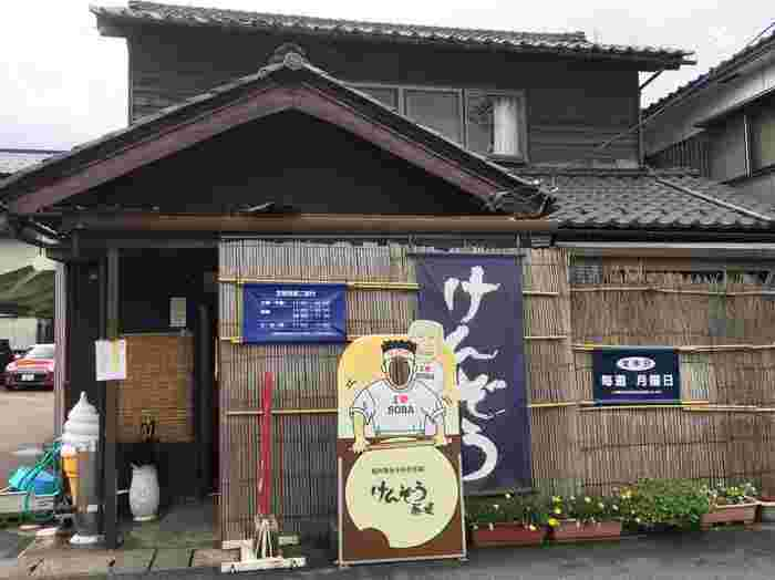 辛味の大根おろしと共に頂くのが、越前そばの定番スタイル。永平寺町にある【けんぞう蕎麦】は、その美味しさを最大限に引き出した味が人気のお店です。
