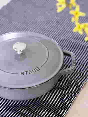 STAUB(ストウブ)は、フランスの伝統的な鋳物鍋に、エマイユ(ホーロー)加工を施した鍋。料理好きさんだけでなく、世界中のシェフにも愛されているブランドです。