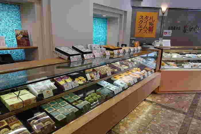 洋菓子もありますが、和菓子中心の品揃えのお菓子屋さん。「札幌タイムズスクエア」は定番の味の他に抹茶味やきなこ味が登場して、以前より種類が増えました。