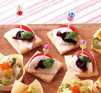 食パンにモッツァレラ、トマト、バジルをのせたカプレーゼピンチョスです。赤・緑など彩りも鮮やかですね!