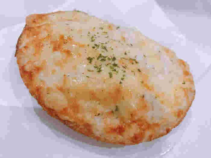 口コミなどでも人気、「クロックムッシュ」。ホワイトソースをたっぷりかけたところにチーズをのせて焼き上げたこちらのパン、ボリューム感があり、しっかりとした食べ応えを楽しめます。まろやかなホワイトソースの虜になり、リピートする方もいらっしゃるようですよ。