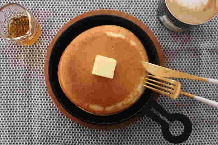 丸い持ち手とリンクしたような丸く焼き上げたホットケーキがとてもよく似合っています。インスタグラムにアップしたくなる美しい写真ですね。