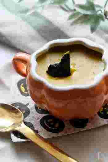 かぼちゃの甘さを生かしたプリン。ねっとりと濃厚な舌触りが魅力です。カラメルソースではなく、黒蜜やメープルシロップが好相性。材料をすべてミキサーに入れるだけなので、思っているよりも簡単にできますよ。