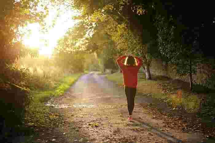 ウォーキングは楽しく続けられる工夫をしつつ、自分のペースを守って無理をしないことが大切なポイントです。公園のような緑の中を散歩するように歩くのが合っている人もいれば、ある程度目標を立てた方がやる気が出る、という人もいると思います。自分に合った歩き方でリラックスしながら、ウォーキングを始めてみてくださいね。