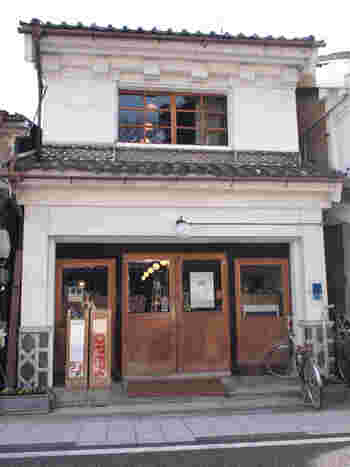 かつては酒造業者や呉服問屋が集まって栄えた「中町通り」にある「salon as salon(サロン・アズ・サロン)」は、蔵をリノベーションした美容室の2階にあります。ここ中町通りには、このように江戸末期から明治時代の蔵造りの建物が今も残っています。