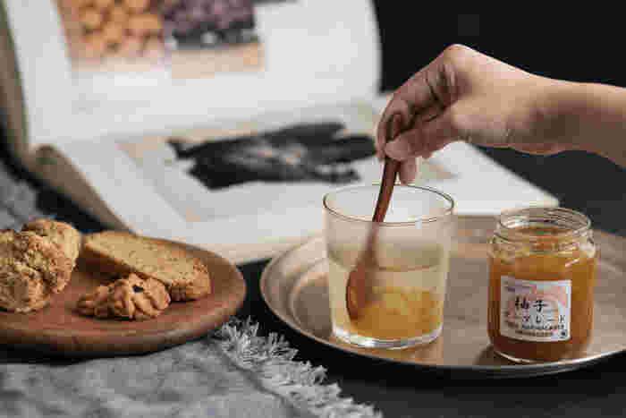 中でも果皮は果肉よりも栄養が豊富なので、柚子湯にしたり丸ごと輪切りにしてはちみつ漬けにしたり、また果皮と果肉を使った柚子ジャム(マーマレード)にすれば、柚子の効能を余すことなく摂取できるのでおすすめです。