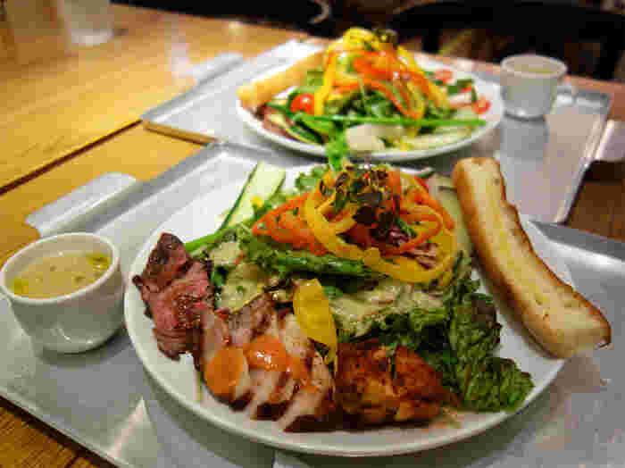一番人気は、15種類以上の野菜を使ったサラダに3種類の肉をトッピングした「ごちそうサラダ」。スパイシーグリルチキン、豚ロースの低温グリル、ローストビーフの3種類で、ジューシーな肉とみずみずしい野菜を一緒に食べられる贅沢なメニューです。ランチには、サラダの他、パン・スープ・デザートがついてお得です。