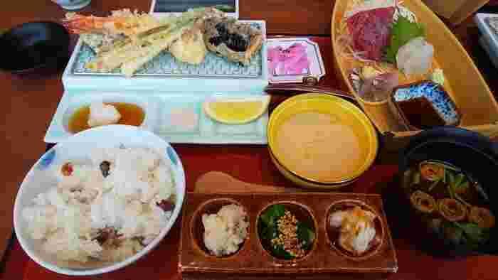 平日限定の和定食も人気です。揚げたての天ぷらとお造り、副菜三点と煎り豆ごはん、赤出汁がセットになっています。炊きたての煎り豆ごはんはホクホクとしたお豆の風味がたまらないおいしさ。どれも手がこんでいて贅沢なお食事を楽しめます。