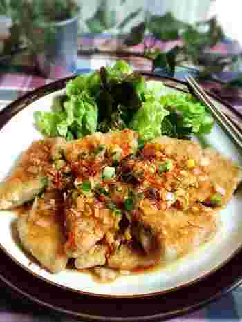 鶏肉の代わりにマグロを使った油淋鶏風。リーズナブルなマグロの刺身でOK。マグロは熱を加えると、しっかりした食感になり、お肉のようにも感じられます。