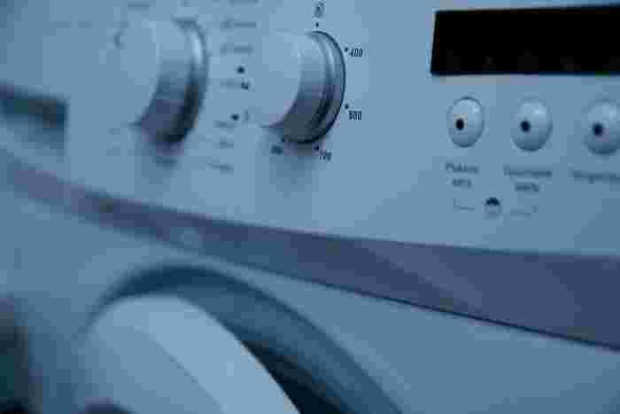 A:洗濯機を開けたら全体の色が...なんて経験、皆さん一度はおありでしょうか。中でもインディゴで染められているデニムは、特に最初から数回は色落ちすることがあります。単体で洗うことをおすすめしますが、万が一他の衣類に色が移ってしまった時には、すぐに50度程度のお湯で洗い直しをしてください。この時に洗濯機の耐熱温度を超えるお湯は使わない様に、注意してくださいね。