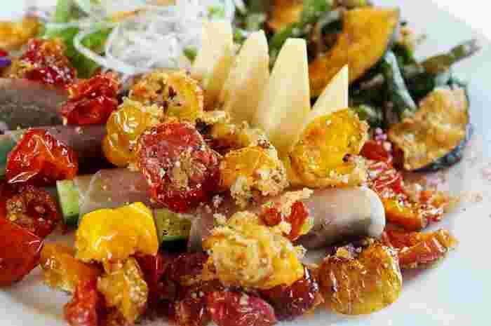 ミニトマト、インゲン、カボチャなどを干して作った干し野菜にガーリックオニオンや香りソルトなどを混ぜて油で揚げた、夏のおつまみにもってこいのスパイシーなレシピ。おうちでの飲み会に、大量に作ってどんとテーブルの中央に出せばとても盛り上がりそう。