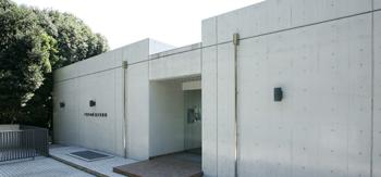 戸田デザイン研究室はおもちゃ作りだけでなく、「戸田幸四郎絵本美術館」を熱海市で運営しています。1997年に開館したコンクリートの外観が現代的な美術館です。