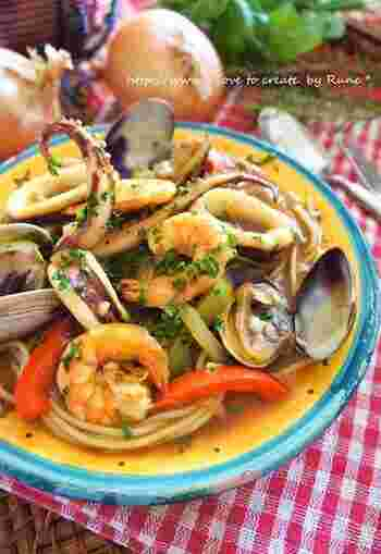 オーソドックスな味付けに飽きたら、シーフードスープブイアベース風カレーのスープパスタにチャレンジしてみませんか?シーフードをたっぷり使用することで、お家でリゾート気分が味わえます。 スープにパン付けると、地中海料理風として美味しくいただけるそう◎ 贅沢な気分を味わいたい時にもおすすめです。