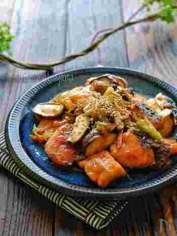 甘酢タレが効いた「鮭と椎茸の甘酢ねぎ炒め」。椎茸は食物繊維が豊富なので胃腸に優しく、鮭は疲労回復だけでなく免疫アップや老化予防、美肌も期待できる優秀食材です。おつまみやお弁当のおかずにもぴったりな一品です。