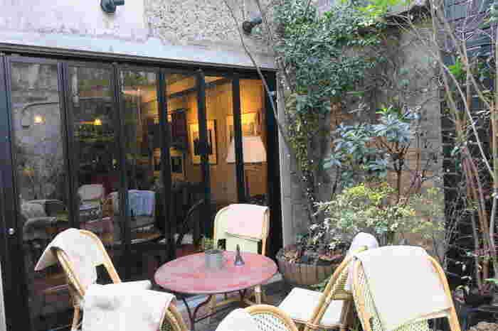 1917年(大正6年)の創業当時、与謝野晶子・鉄幹夫妻をはじめ芥川龍之介、島崎藤村ら、当時のアーティストたちのサロン的役割を果たした画材店「月光荘」。 2013年、画材店のあるビルの5階屋上に、カフェ「月のはなれ」がオープンしました。右の画像は『月光荘の有機栽培コーヒー』。メニューには『ふんわりカプチーノ』や有機栽培のトマトを使った『みずみずしいトマトジュース』、紅茶、スイーツがあります。ランチでは『銀座ハヤシライス』『本日のホットサンド』など。
