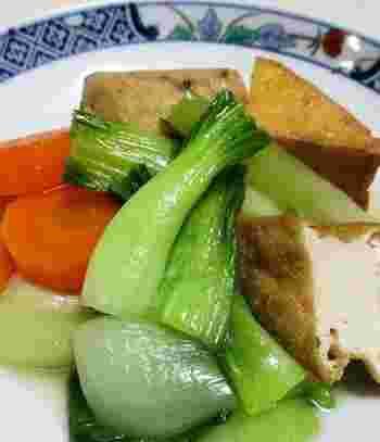 野菜と厚揚げの定番とも言える煮物です。がんもどきが入ると、こくや旨味がプラスされますね。見た目も栄養もバランスよい一品です。