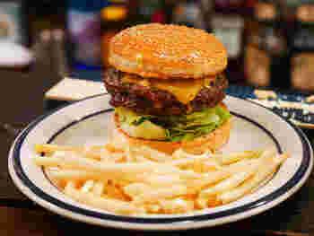ボリュームたっぷりで見た目のインパクトは抜群!もちろん味も◎  パテは肉厚でまるでステーキのような食べ応えです。