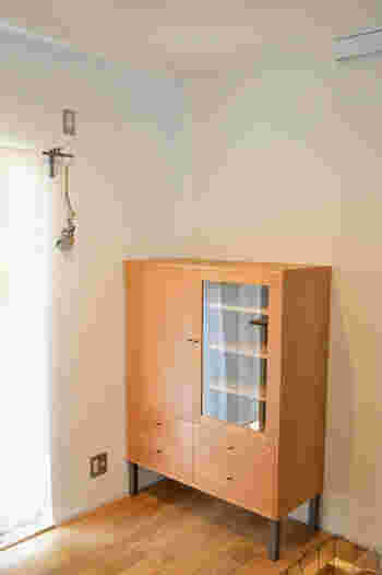 主役になれるキャビネットは、食器などを収納する「見せる」部分もしっかりと備わっています。 深みのあるブラックチェリーの家具は格好よく、そして奥ゆかしい美しさを持ち合わせます。