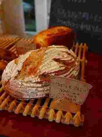 どっしり大きなカンパーニュには、いちじくとくるみがたっぷりと入っています。もちもち歯ごたえたっぷりの美味しいパンです。