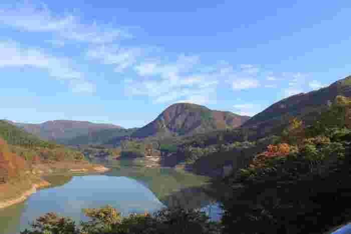 周辺も豊かな自然に囲まれており、ゆっくりとダムの美しさを堪能することができます。