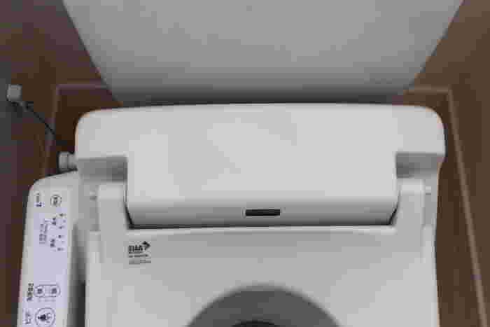 便座や便器は、トイレクリーナーで拭けばOK。ノズルも引き出して、トイレクリーナーなどで拭きましょう。クリーナーが届かない細部は、綿棒などを使うとすっきりきれいに汚れが落とせます。