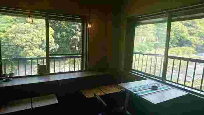 窓からは早川が一望できます。ゆったりとした川の流れや木々の緑に癒されます。